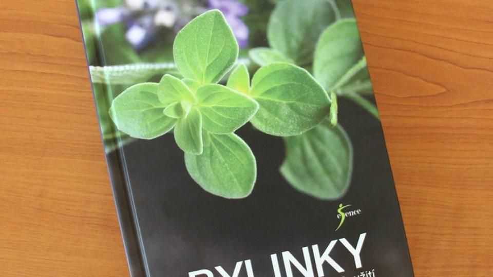 Kniha Bylinky Gill Daviesové přináší informace o původu, tradici, účincích a použití mnoha rostlin
