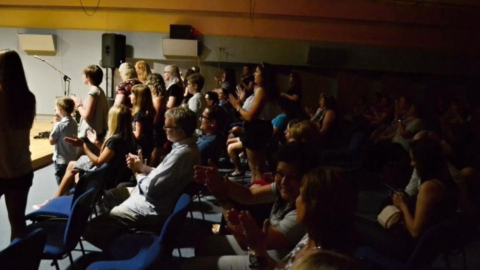 Fanoušci kapely Mirai na živě přenášeném koncertě ve Studiu 1
