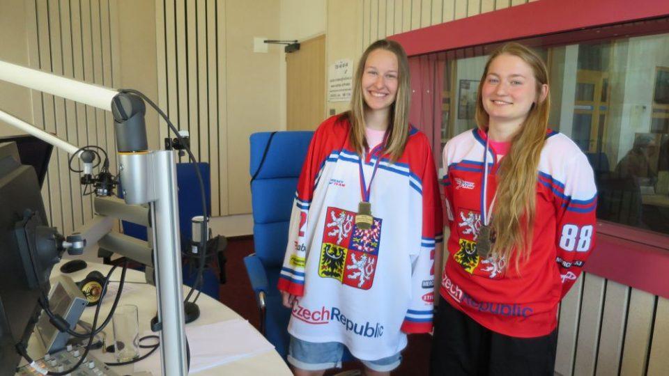 Mistryně světa v hokejbale, Lucie Rejlová a Kateřina Teplá, ve studiu Českého rozhlasu Hradec Králové