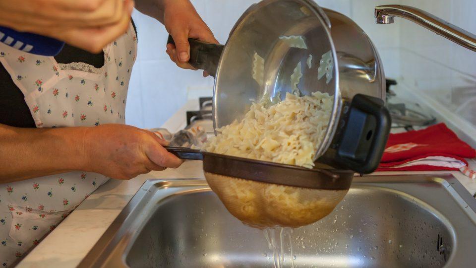 Po uvaření scedíme a přidáme k orestované cibuli a bramborám
