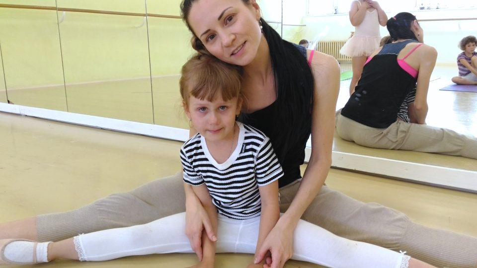 Ze zkoušky Sněhurky v Malém divadle v Liberci, kde tančí hlavně děti