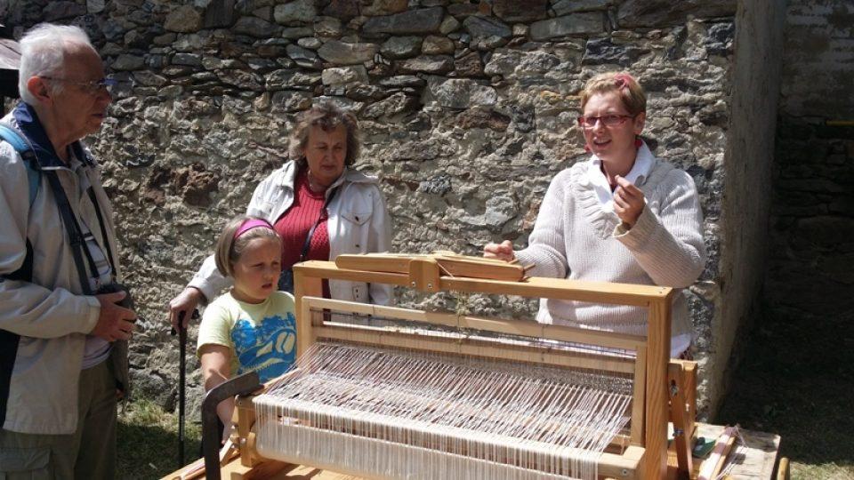 Děti si vyzkoušely tkaní na stavu