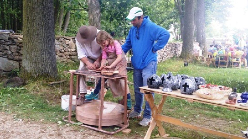 Děti zkoušely i točenou keramiku.jpg