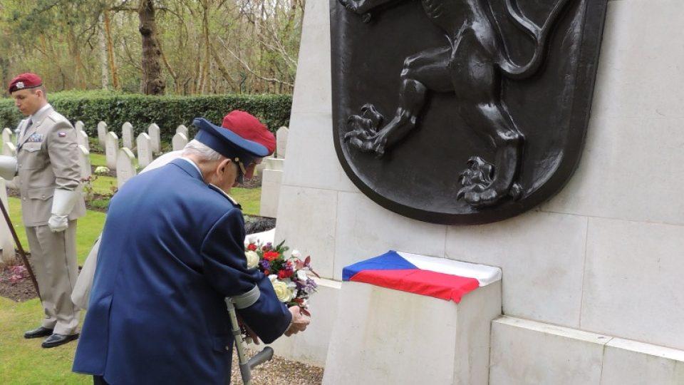 Ivan Otto Schwarz před památníkem československých letců na brokwoodském hřbitově