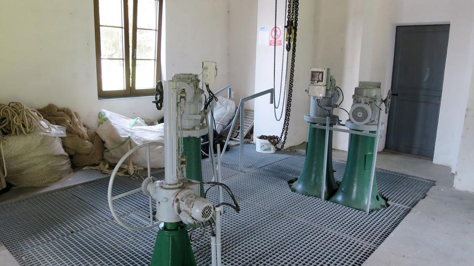 Revizní šoupata ve strojovně přehrady