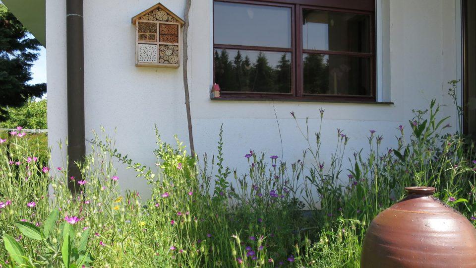 Hmyzí domeček jako živá venkovní dekorace