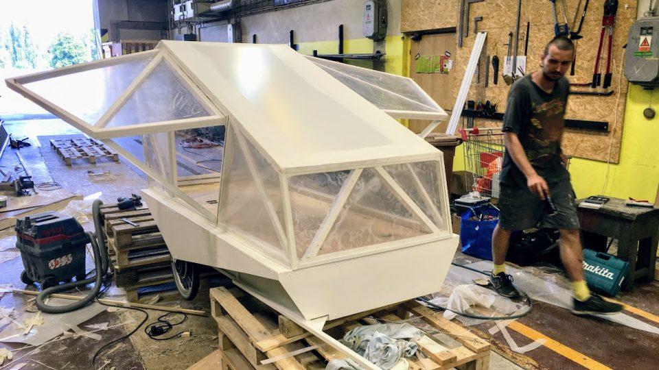 Karavan za kolo na solární pohon z dílny mobilní architektonické kanceláře