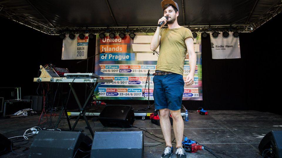 Jonáš Zbořil moderoval zakončení pořadu Startér: stage Radia Wave na United Islands