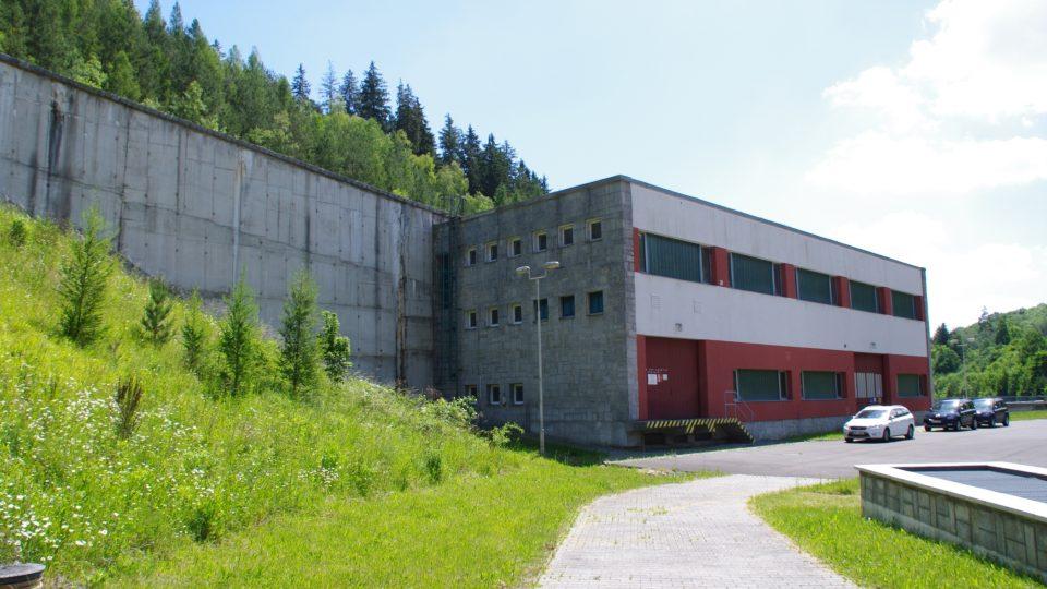 Budova elektrárny. Na její střeše vede koryto bezpečnostního přelivu