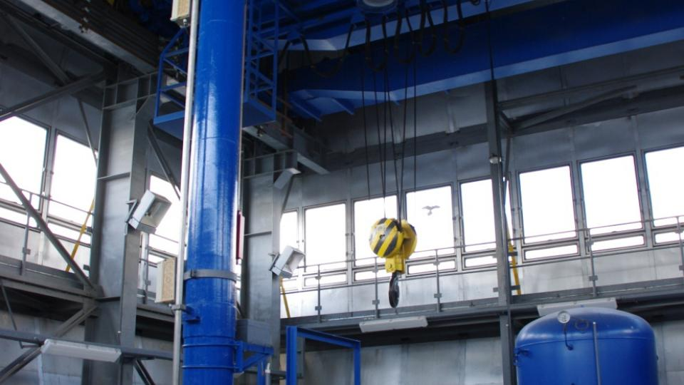 Hradidla odtokových výpustí jsou ovládána hydraulicky a váží několik tun