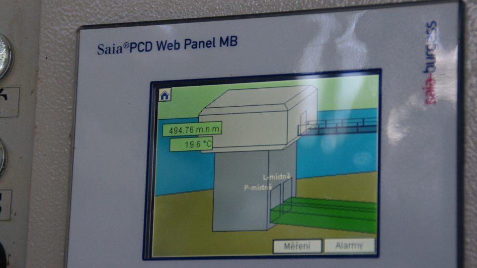 Veškeré informace o hladině, průtoku. teplotě vody a dalších parametrech přehrady dnes nabízí počítač i v bytě hrázného