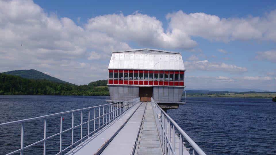 Výpustní objekt Slezské Harty, přezdívaný věž, je s hrází spojen mostem, na kterém najdeme koleje pro převoz těžkých dílů hradidel