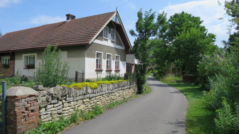 Cyklostezka končí v malebné osadě V Lukách, poblíž soutoku Loučné a Desné