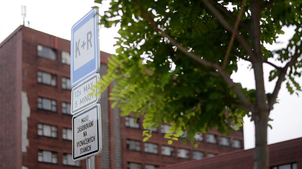 Před nádražím přibylo malé parkoviště K + R