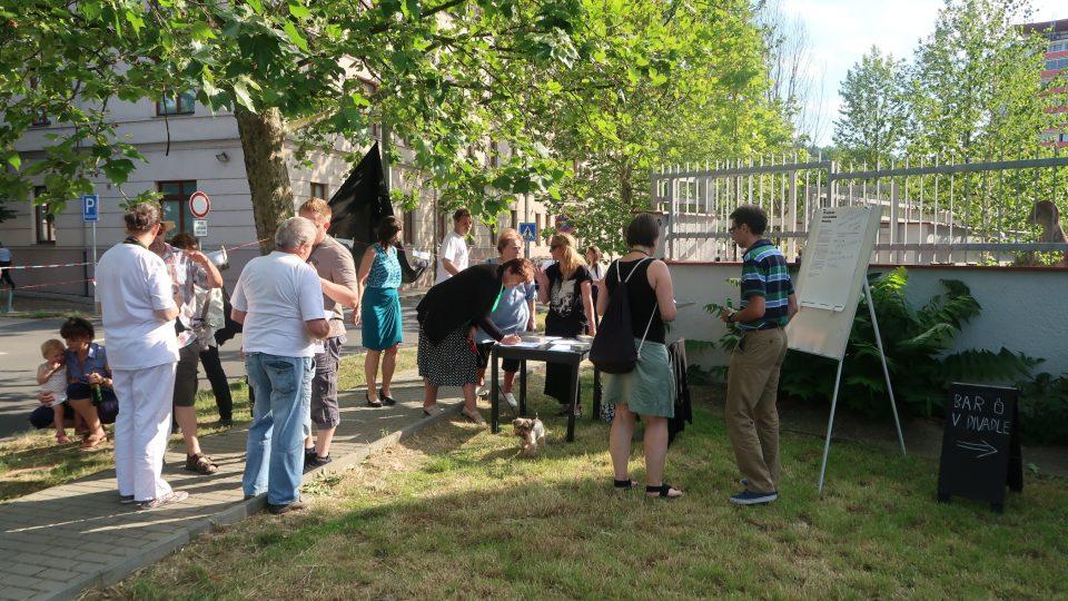 Uskupení Mazutka žije tvoří iniciativa Prázdné domy, Klub za starou Prahu, Architektura 489, Divadlo Kámen a řada jednotlivců
