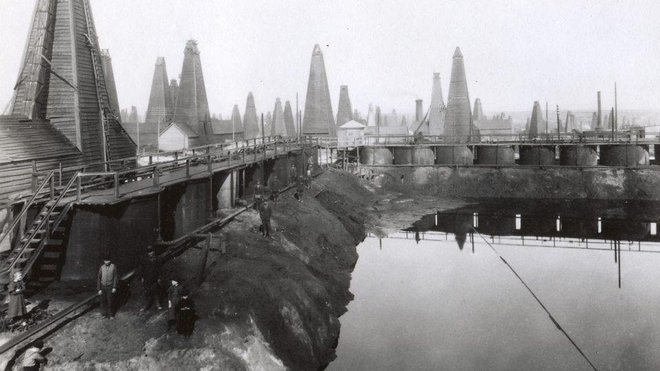 Těžba ropy v areálu firmy Branobel v Baku