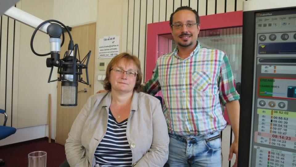 Hana Heinzelová, vedoucí Správy CHKO Broumovsko, ve studiu Českého rozhlasu Hradec Králové spolu s Jakubem Schmidtem