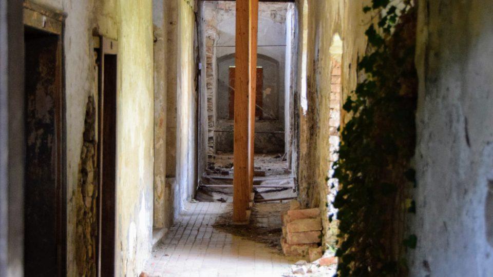Provizorně podepřený strop v chodbě kláštera