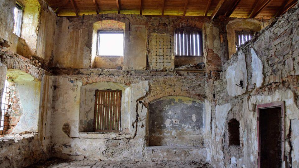 Propadlý strop v části refektáře kláštera