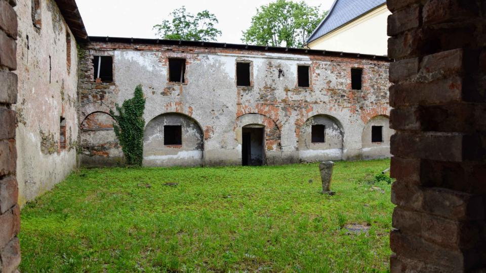 Zchátralý konvent Kapucínského kláštera