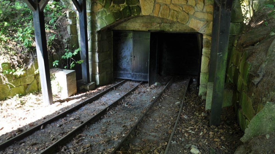 Portál štoly Hugo Karel je jeden z cílů výletních jízd parního vlaku
