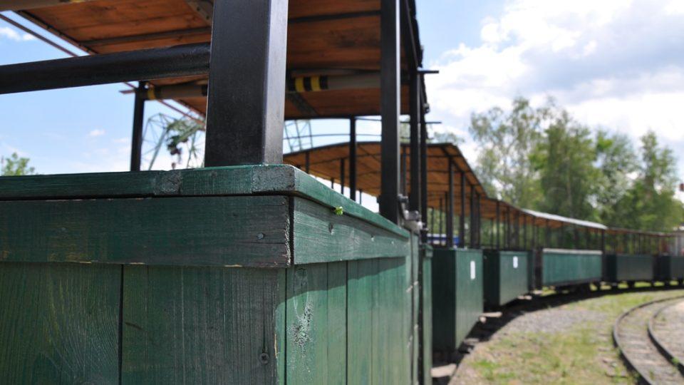 Z otevřených vagonků je krásný výhled, parní lokomotiva jich šest plně obsazených uveze jak nic