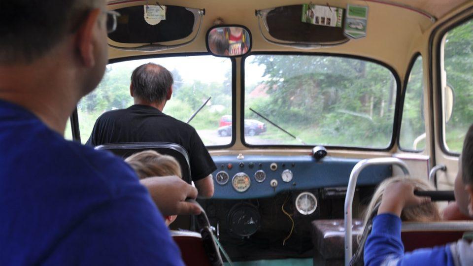 Jízda stařičkým autobusem je velký zážitek nejen pro děti