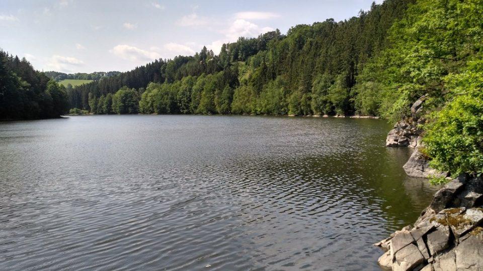 Křižanovická přehrada je oblíbeným cílem výletů, koupat se v ní ale nesmí