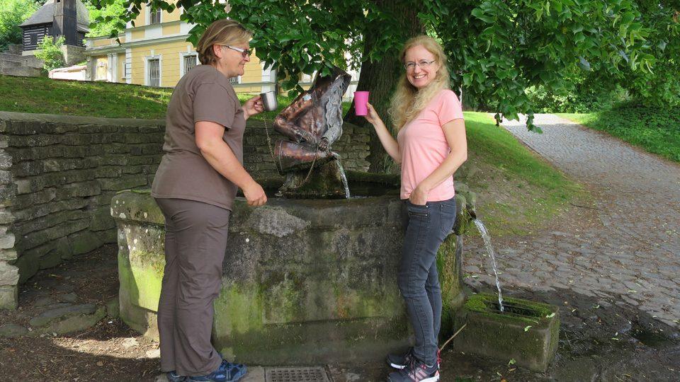 Léčivá voda vyvolává i úsměv u Jitky Slezákové a Naděždy Gutzerové