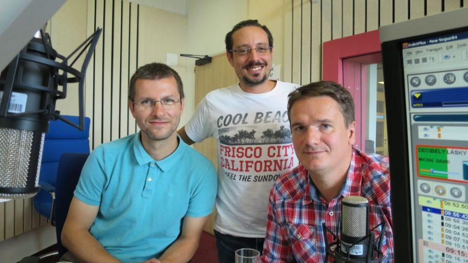 Radek Drahný a Zdeněk Pop ve studiu Českého rozhlasu Hradec Králové s moderátorem Jakubem Schmidtem