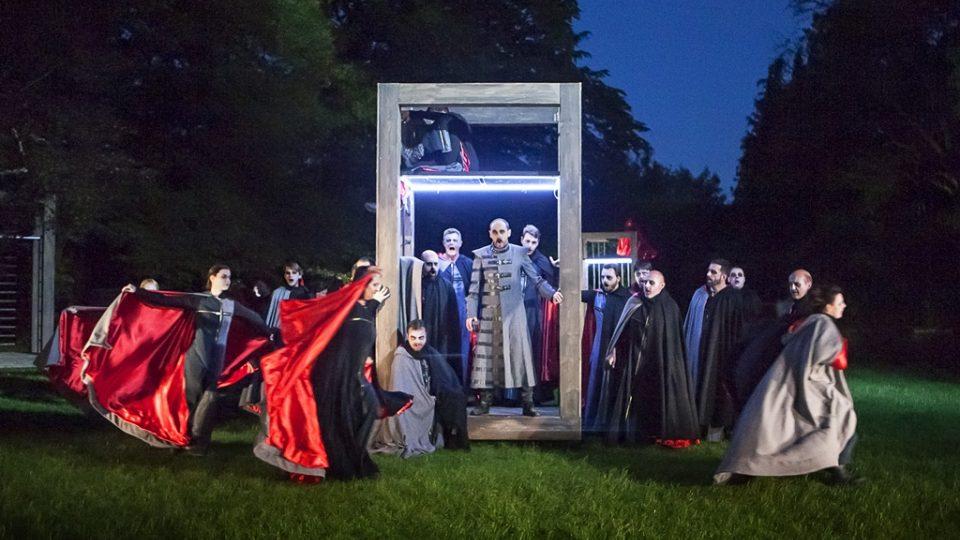 Operu Trubadúr uvádí Jihočeské divadlo před otáčivým hledištěm v Českém Krumlově