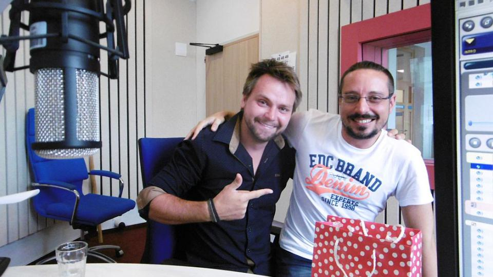Zpěvák Josef Vágner ve studiu Českého rozhlasu Hradec Králové s moderátorem Jakubem Schmidtem