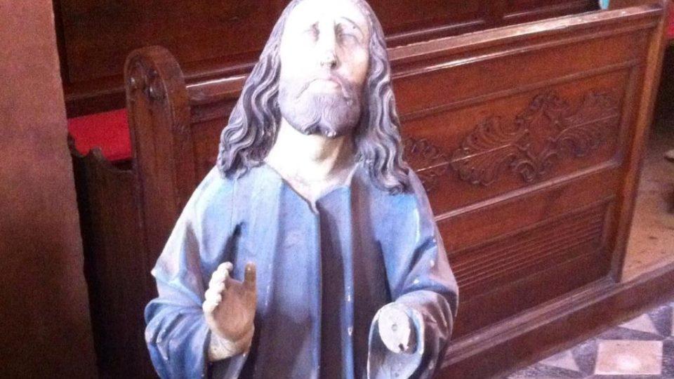 Tři sochy našli farníci při úklidu. Pokud by se potvrdilo, že pochází z období pozdní gotiky, jednalo by se o velmi hodnotný objev