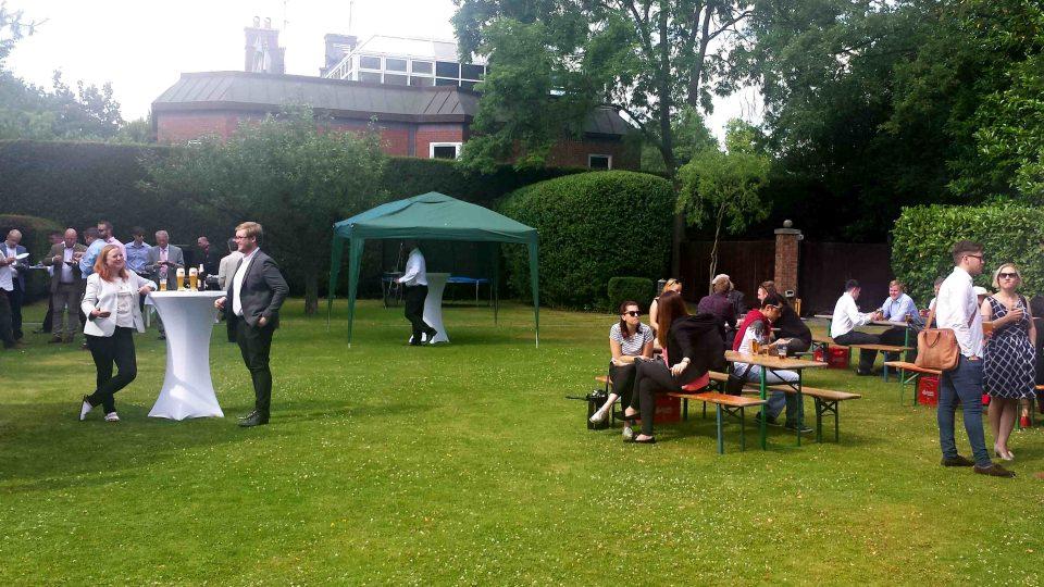 Český pivní den na zahradě českého velvyslanectví v Londýně