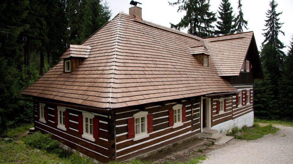 Nejzářnější změnou je nová střecha ze štípaneho šindelu