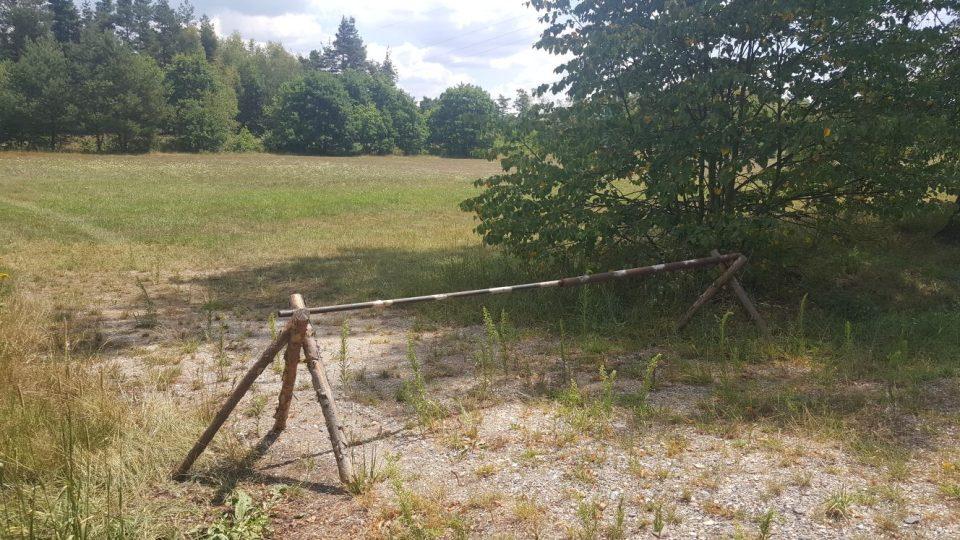 Na louku, kterou v minulosti Suchdol nad Lužnicí vyhradil pro parkování návštěvníků pískoven, je zákaz vjezdu
