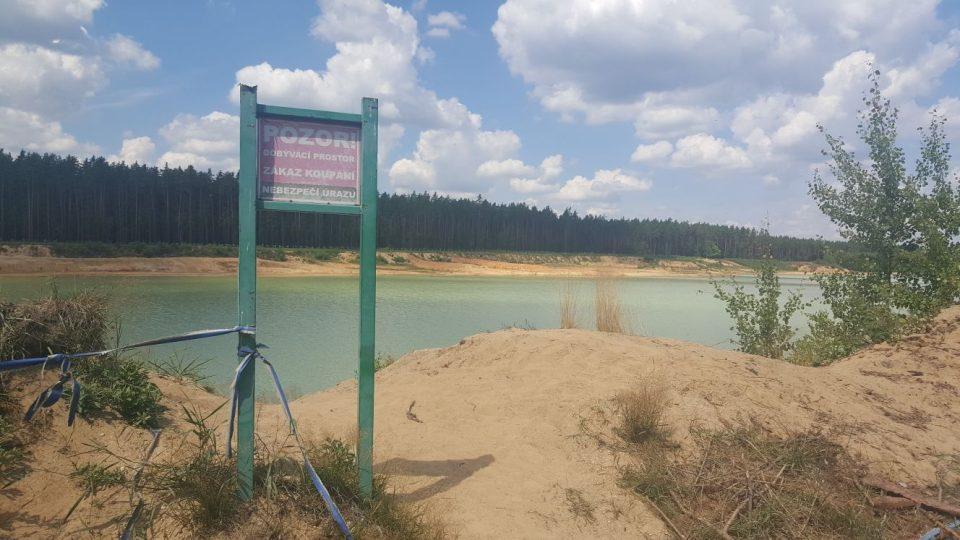 K pískovnám u Suchdola nad Lužnicí zamíří každý den stovky lidí, na řadě míst je ale koupání zakázané