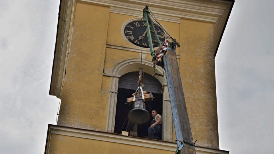 Do kostela ve Stěžerách se po 75 letech vrátil zvuk dvou zvonů