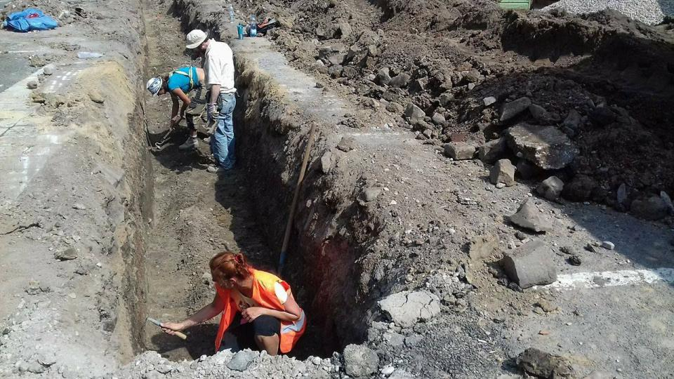 Archeologický výzkum na Velkém náměstí v Hradci Králové hlásí další objevy z období vzniku města