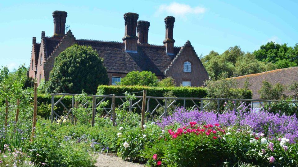 Několik anglických zahrad jsme navštívili při natáčení magazínu Zelené světy. Na snímku Sissinghurst