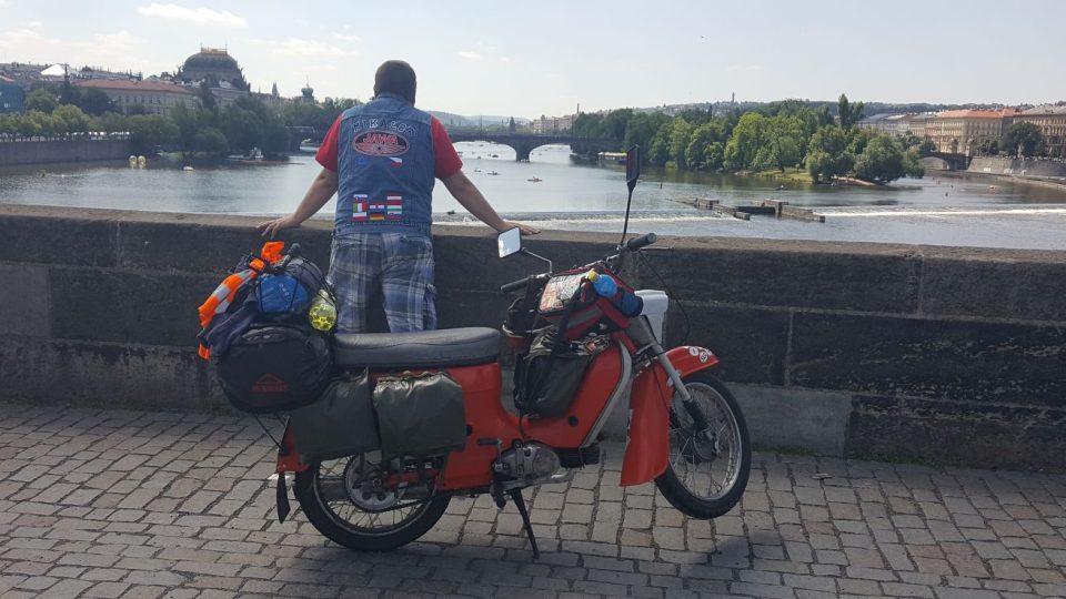 S Jawou na cestách - na Karlově mostě