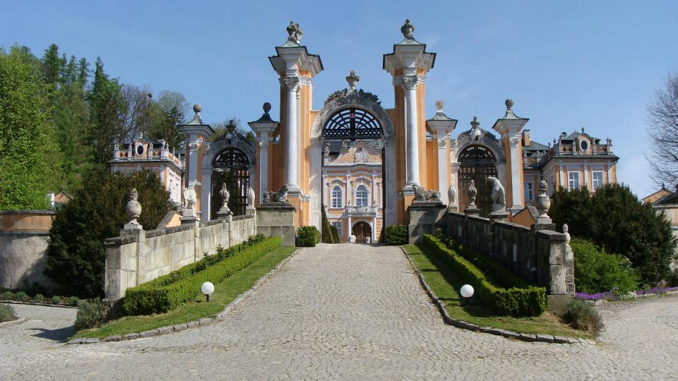 Brána rokokového zámku v Nových Hradech