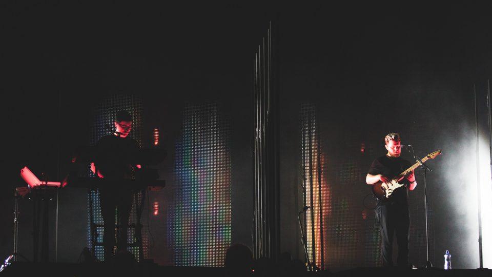 Gus Unger-Hamilton (klávesy) a Joe Newman (kytara, zpěv) z britské kapely alt-J na festivalu Colours of Ostrava 2017