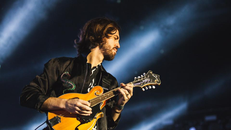 Wayne Sermon z americké kapely Imagine Dragons na festivalu Colours of Ostrava 2017