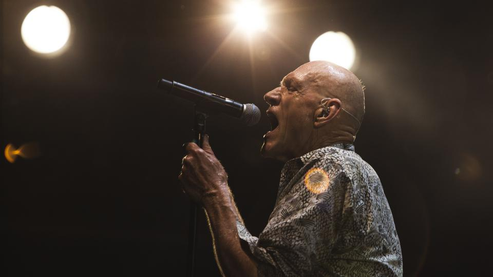 Zpěvák kapely Midnight Oil Peter Garrett na festivalu Colours of Ostrava 2017