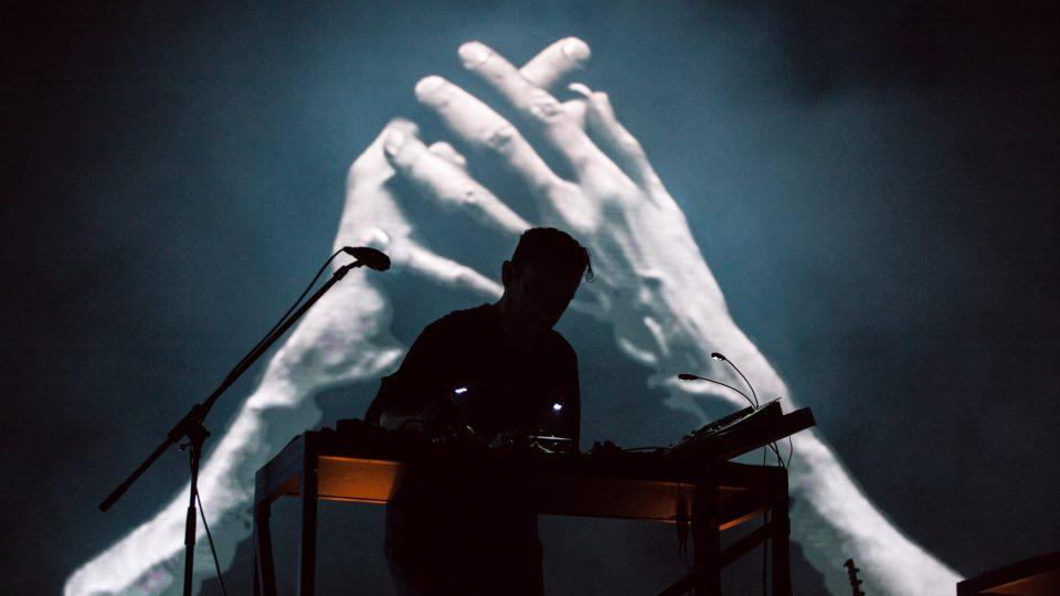 Působivá vizualizace během elektronické show berlínského tria Moderat na festivalu Colours of Ostrava 2017