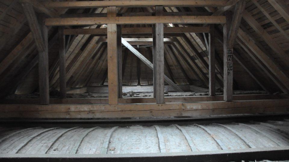 Na půdě kostela v osadě Polom, konstrukce krovu je připravená na dostavbu věžičky.