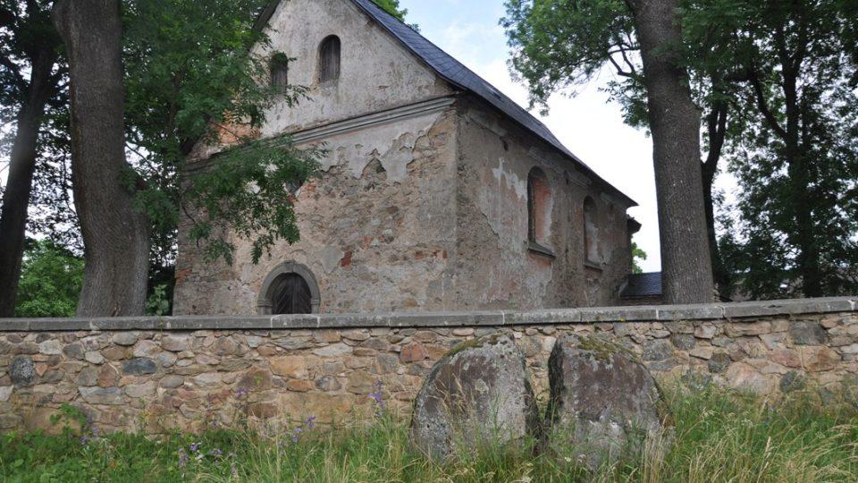 Před kostelem v osadě Polom je puklý kámen, památník na události z konce války