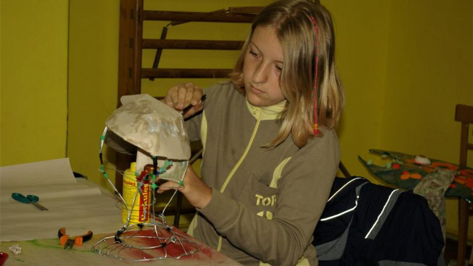 Maruška Knapová při tvorbě v roškopovské výtvarné dílně