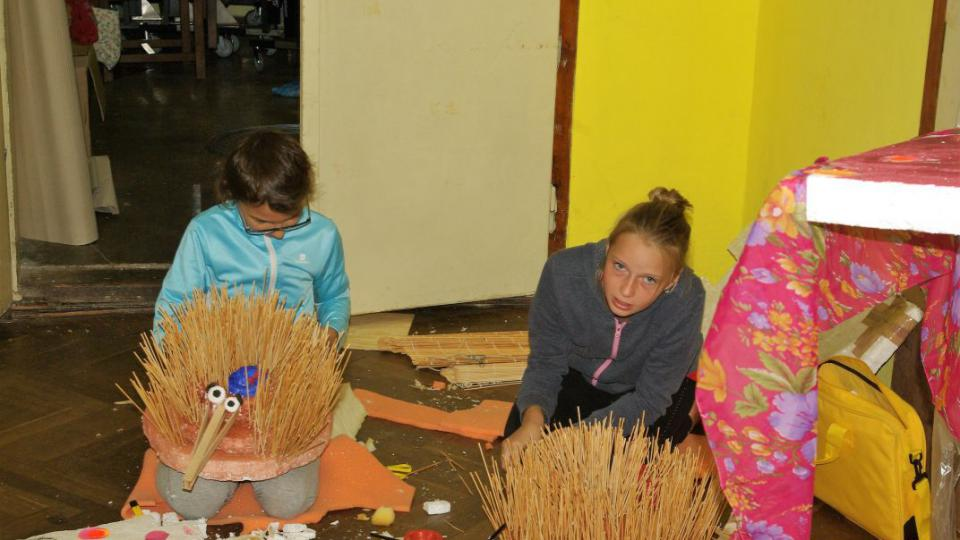 Příprava na vernisáž výtvarné dílny roškopovského tábora